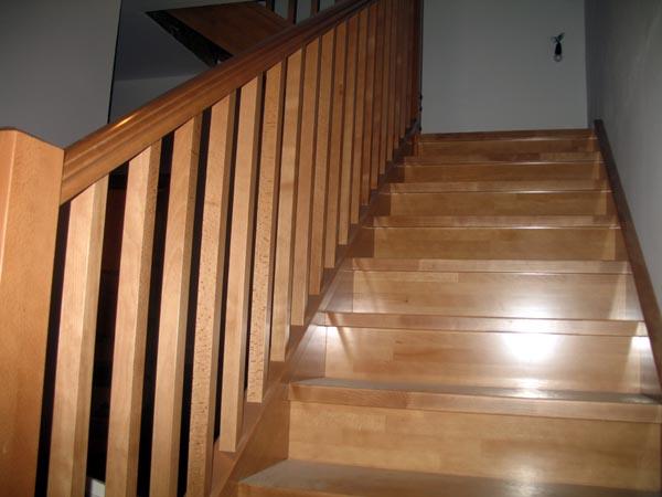 Escalera de madera casas prefabricadas acabado interior for Como construir una escalera de madera para interior