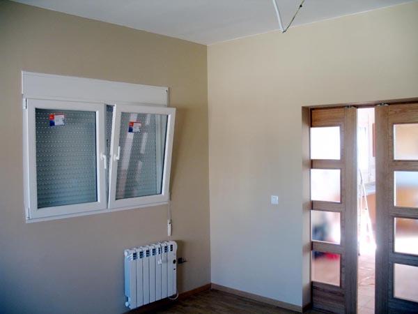 Salon pintura plastica lisa tarima flotante ventana for Interiores de casas prefabricadas